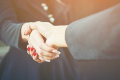 Zwei Menschen schütteln Hände. Startups. Agillic