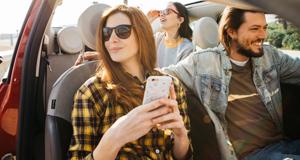 Smartphone im Auto Uber
